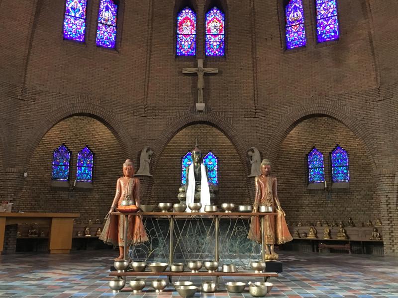 Boeddhabeelden bij altaar